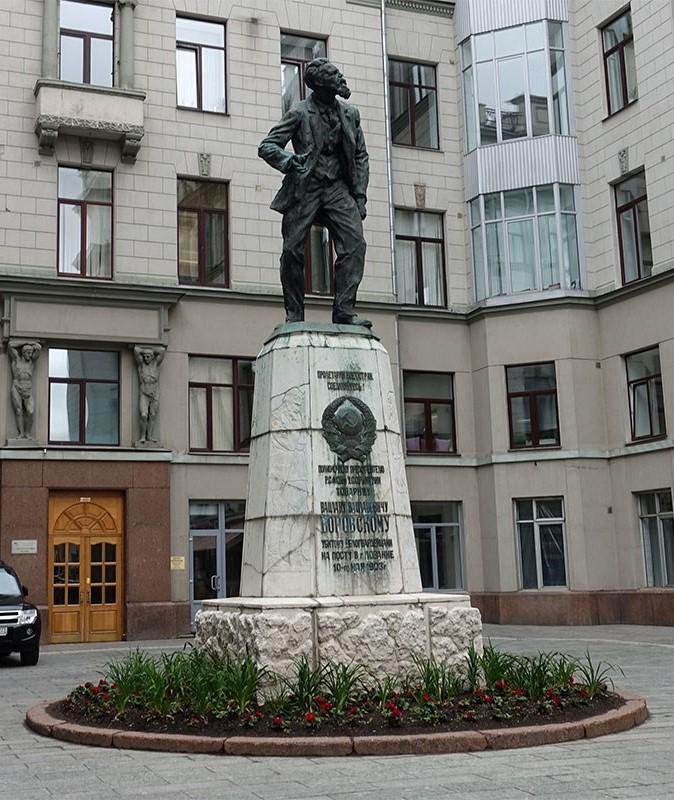 Памятник В. Воровскому в Москве.
