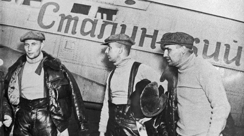 Валерий Чкалов, Георгий Байдуков и Александр Беляков на фоне самолета «АНТ-25»