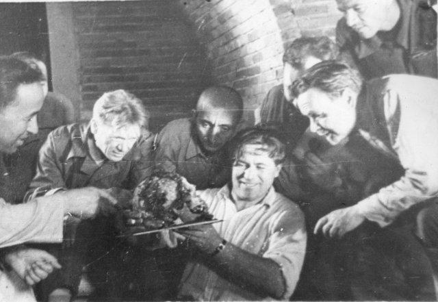 Ученые с черепом Тамерлана