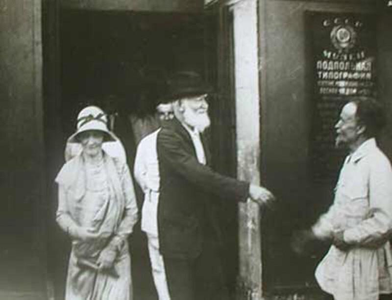 Бернард Шоу перед входом в Музей революции