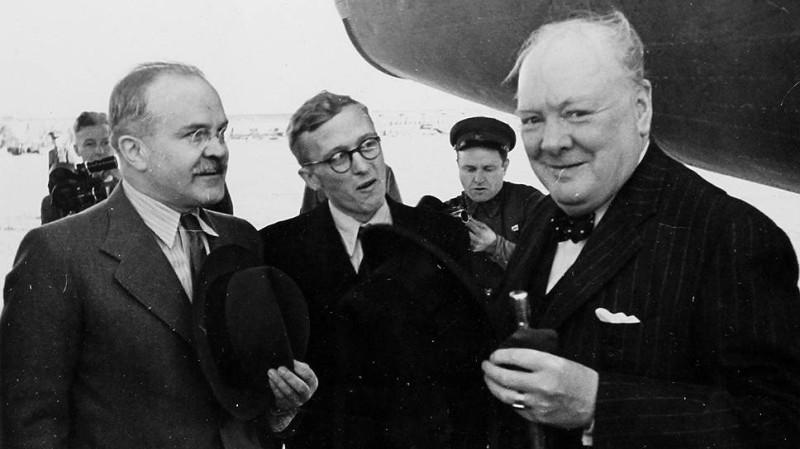 Черчилль у самолета