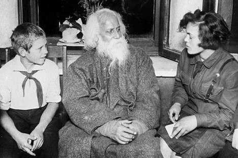 Робиндранат Тагор общается с пионерами