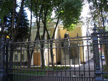 Памятник и современный вид особняка