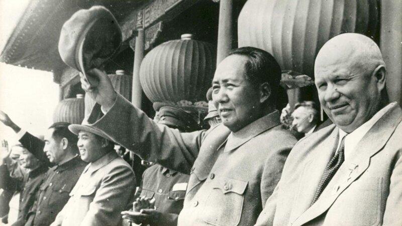 1 октября Хрущев и Мао на балюстраде дворцовой башни Тяньаньмэнь