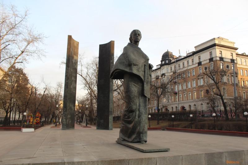 Памятник Надежде Крупской на Сретенском бульваре в Москве рядом с бывшим доходным домом Страхового общества «Россия»
