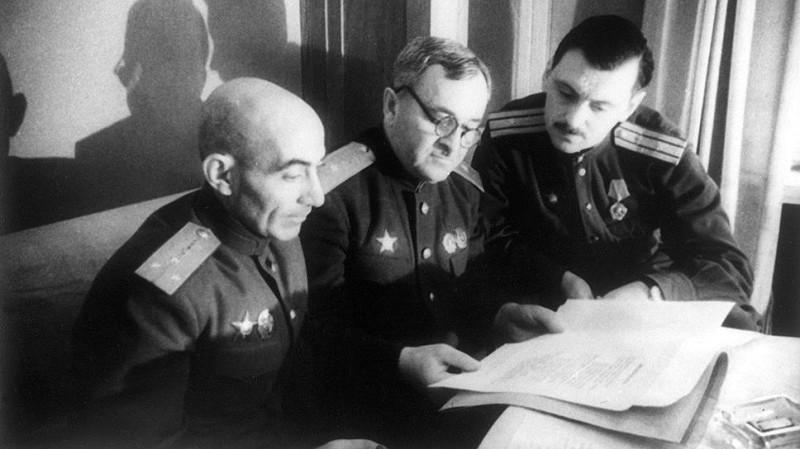 Эль-Регистан, Александр Александров и Сергей Михалков (из архивов ИТАР-ТАСС)