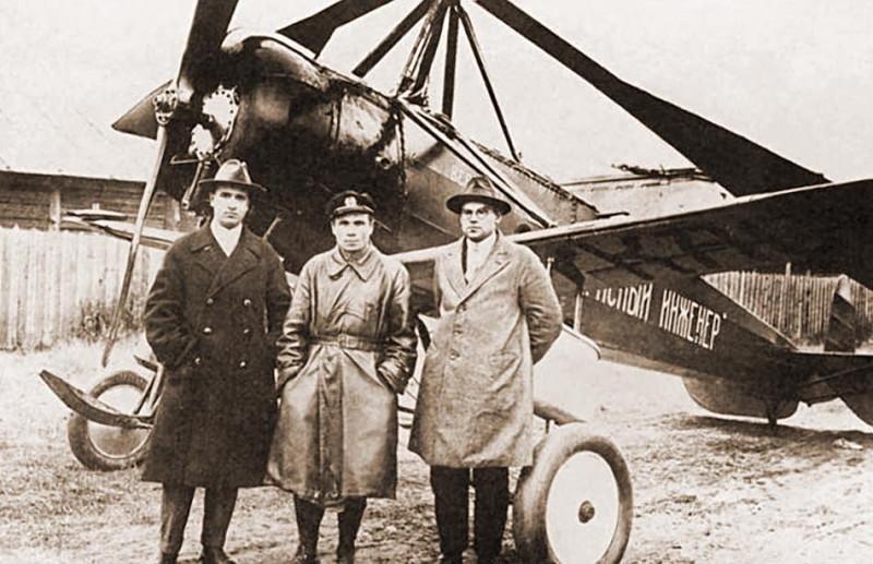 Камов, Михеев и Скржинский на фоне КАСКР-1