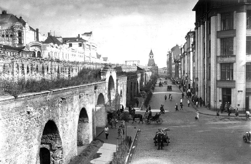 Проломные ворота для проезда с Лубянской площади в Малый Черкасский переулок