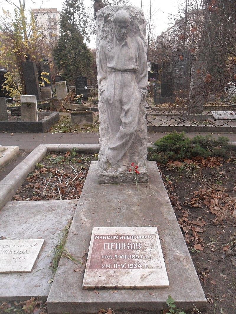 Памятник работы Веры Мухиной на могиле Максима Пешкова на Новодевичьем кладбище