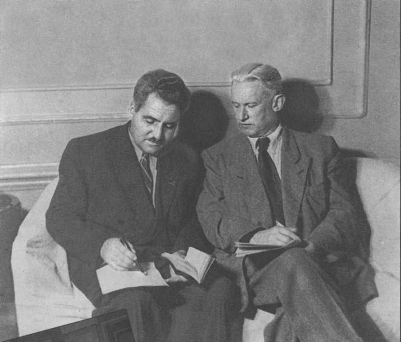 Константин Симонов и Александр Фадеев записывают ценные указания