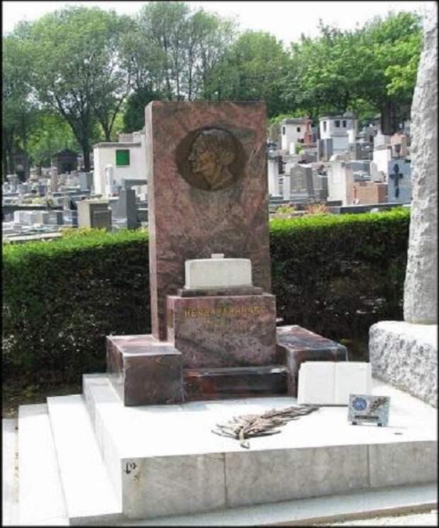 Стела на могиле Анри Барбюса