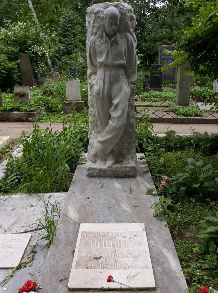 Памятник Веры Мухиной на могиле сына Горького
