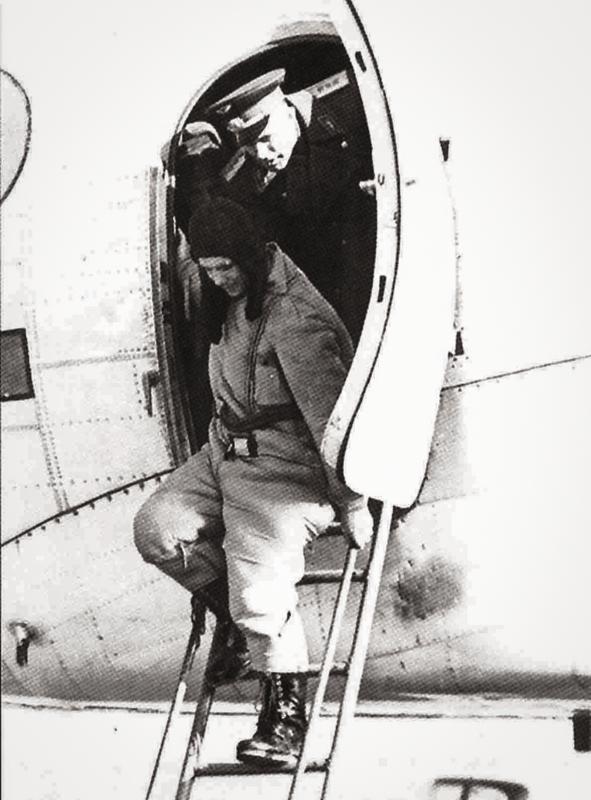 Ю.А. Гагарин выходит из самолета на аэродроме завода № 1 в Куйбышеве. 12 апреля 1961 года (фото с сайта историческая-самара.рф)