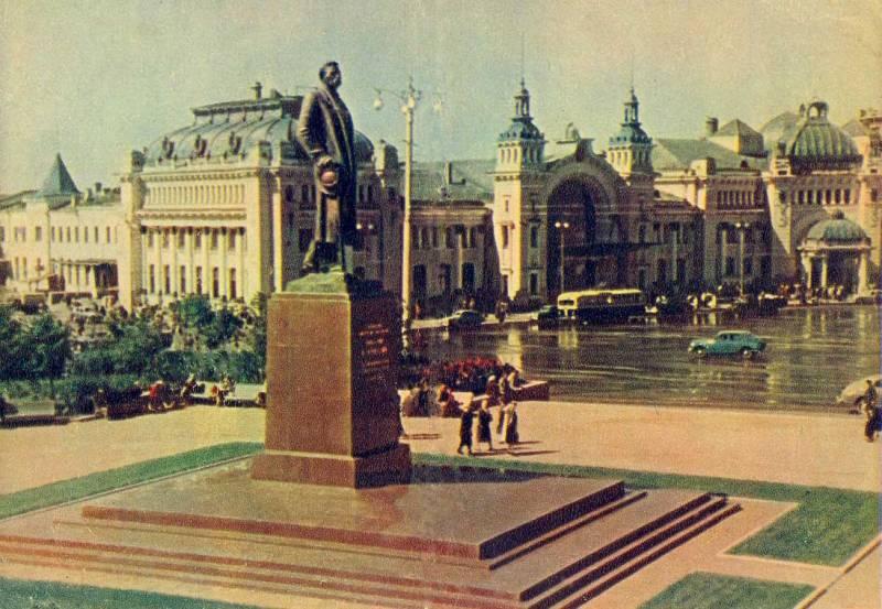 Памятник Горькому у Белорусского вокзала