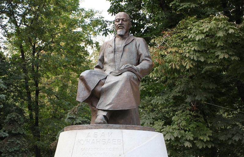 Москва. Памятник Абаю Кунанбаеву. Чистопрудный бульвар