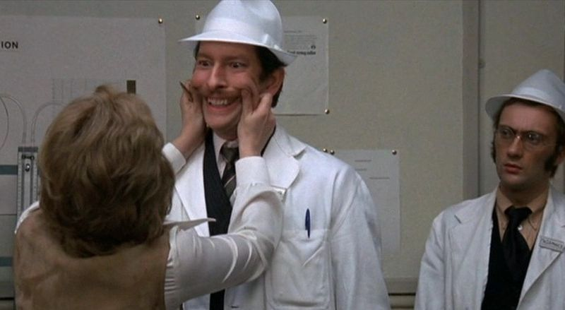 Кадр из фильма «О, счастливчик!» («O Lucky Man!»). 1973 год. Режиссер Линдсей Андерсон. В главной роли Малькольм Макдауэлл.