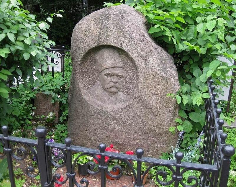 Новодевичье кладбище. Могила Гиляровского и памятник из метеорита