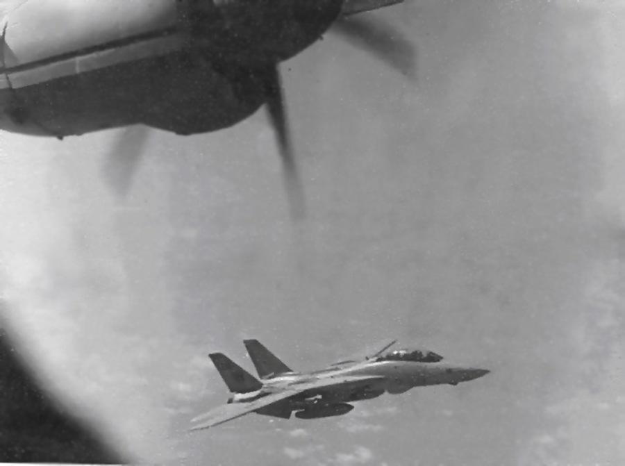 F14.-перехватывает-Ан12-из-194-втап-в-Персидском-заливе