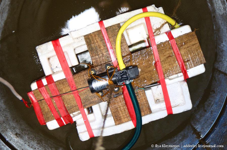 Подъем воды из колодца на 30 метров метров, шланг, насос, Оборудование, входящий, плотик, посредине, доске, желтый, Слева, зеленый, выходящий, конструкция, электрический, кабель, Работает, Пенопластовый, высота, выглядит, длина
