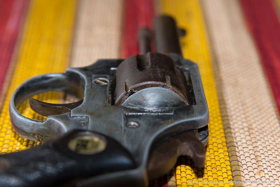 Нашел ствол оружие, ствол, Револьвер, когдато, калибра, заходит, трудом, возможно, грязи, фигачит, значит, патрон, центрального, Перед, барабаном, видимо, предохранявшая, скоба, положении, снаряженное