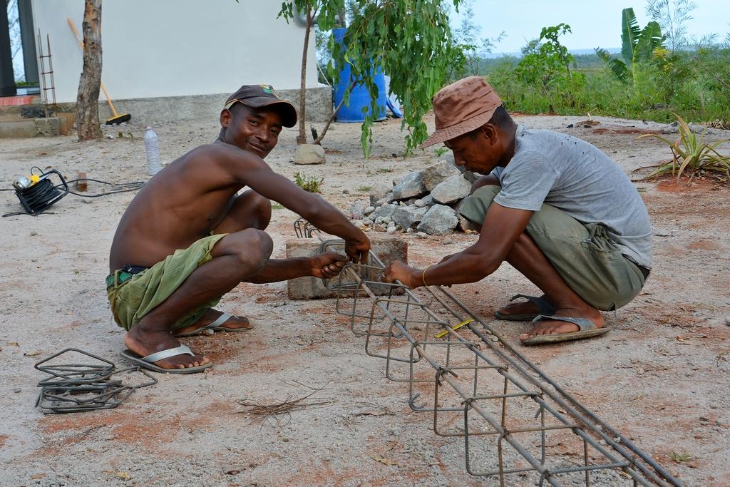 Как вяжут арматуру на Мадагаскаре