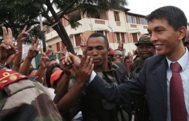 648x415_andry-rajoelina-d-salue-partisans-antananarivo-17-mars-2009