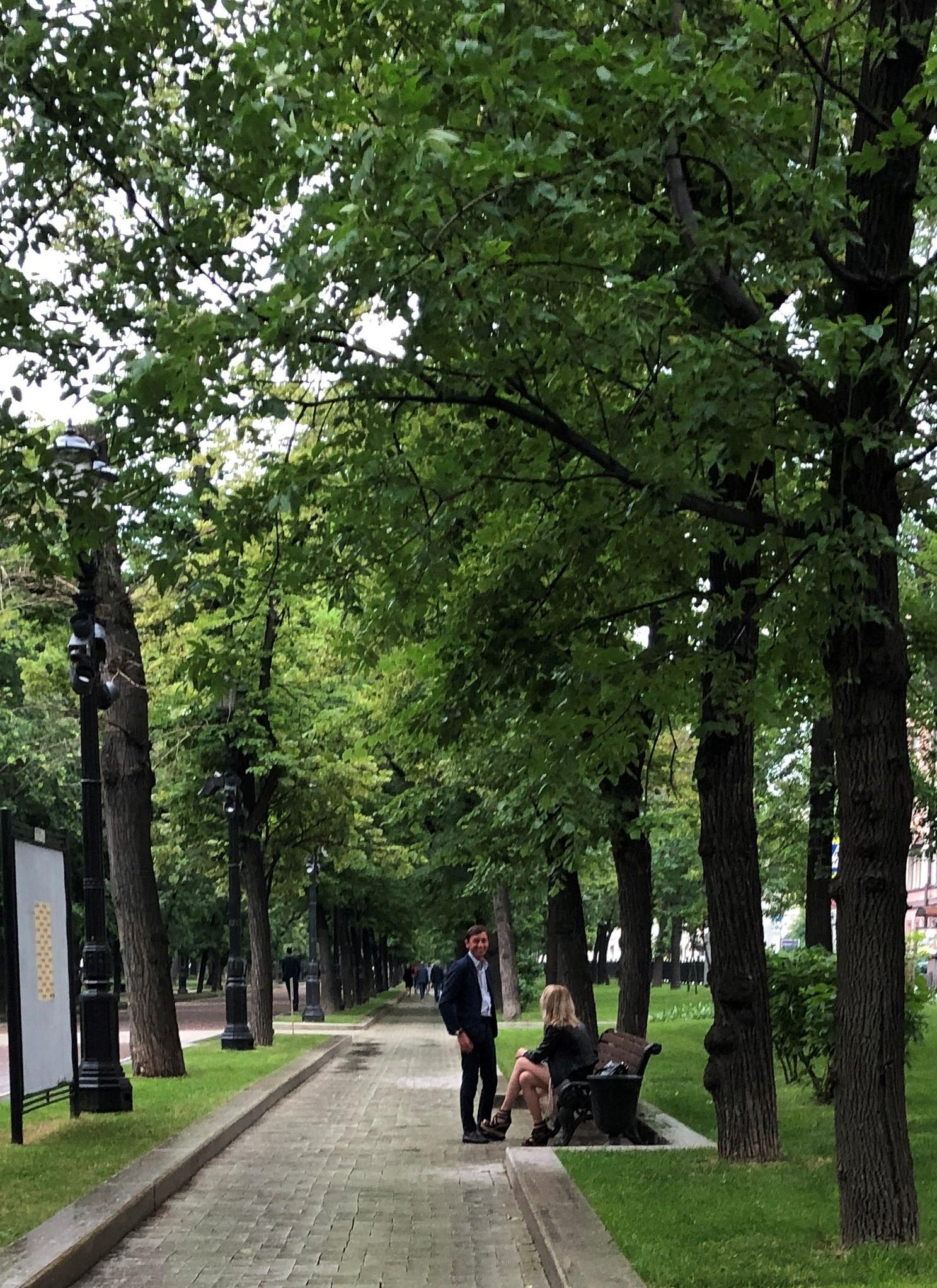 Тверской бульвар. Здесь дождя не замечают. Впрочем как и часов