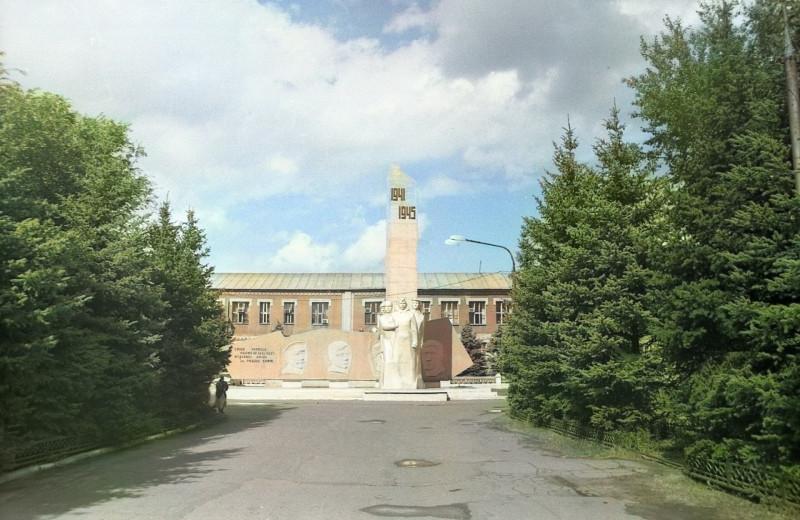 Оренбург, ТРЗ ул.Ткачева мемориал ВОВ и рабочим завода. фото 1999 г.