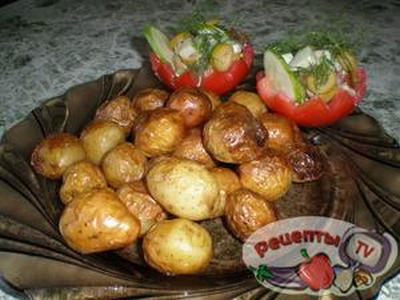 kartoshechka-zharenaja-v-kozhurev-pridachu-salat-v-pomidorke-916095