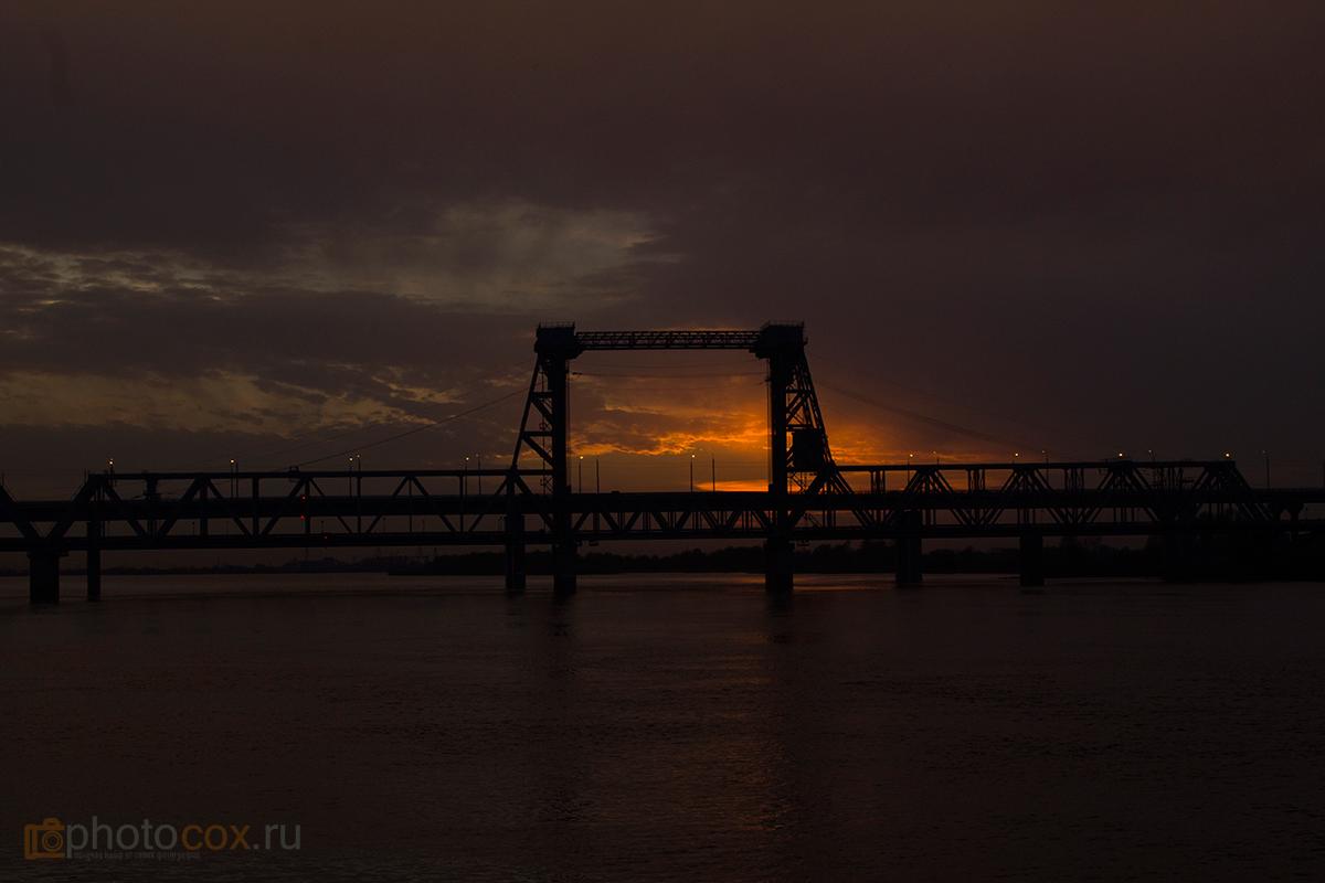 ЖД мост на фоне заката в Астрахани