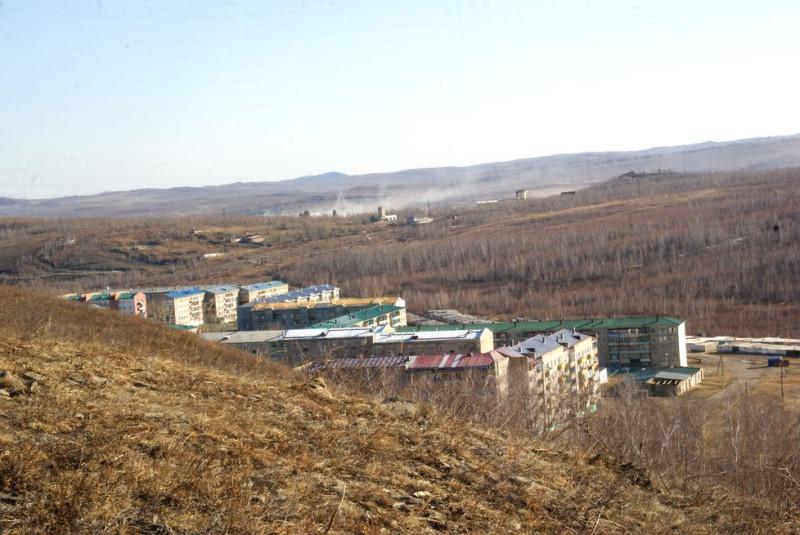 Это гп Новоорловск выглядывает. Вдалеке ветер поднимает пыль с хвостохранилища Новоорловского ГОКа