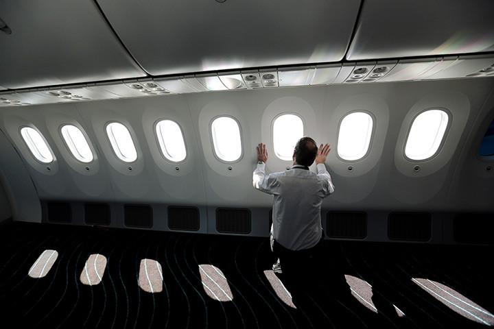 Passenger-on-the-Boeing-7-002