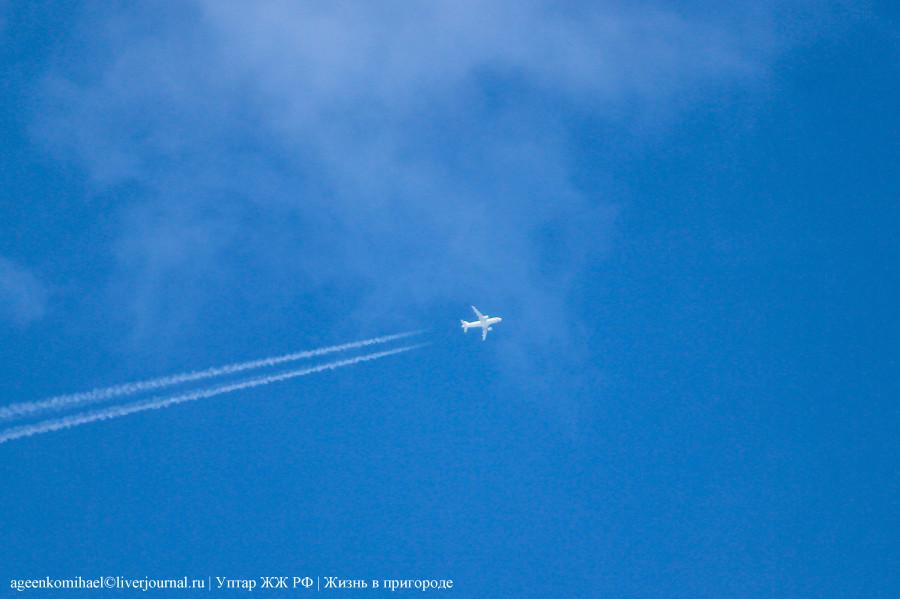 12. Самолет с российским флагом на носу