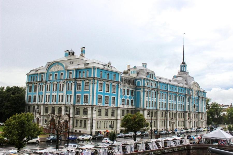 19. Здание стоящие на против трапа на Аврору