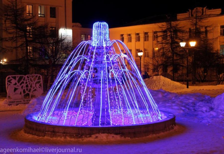 фонтан с включеной иллюминацией вечером в сквере блогеров