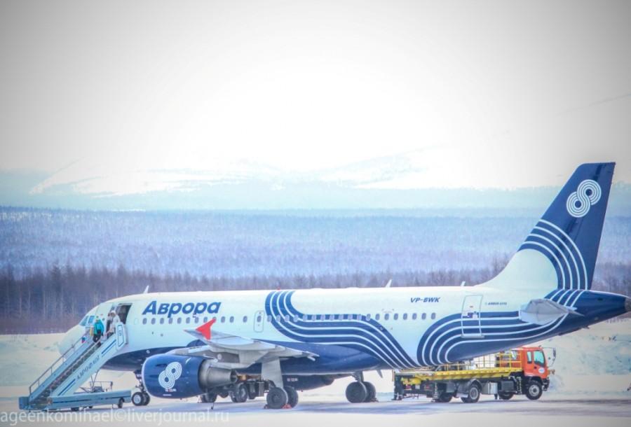 последние пассажиры выходят из Airbas A319