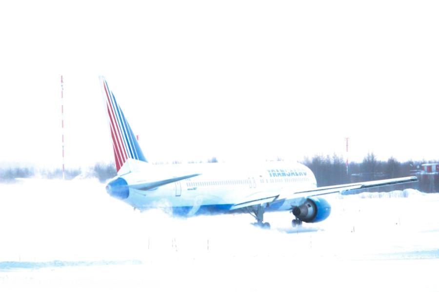самолет авиакомпании Трансаэро движется по рулёжной дорожке