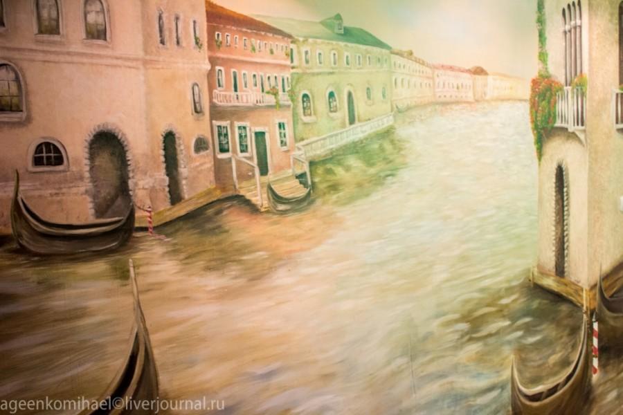 Одна из стен пиццерии украшена видом города Внеция