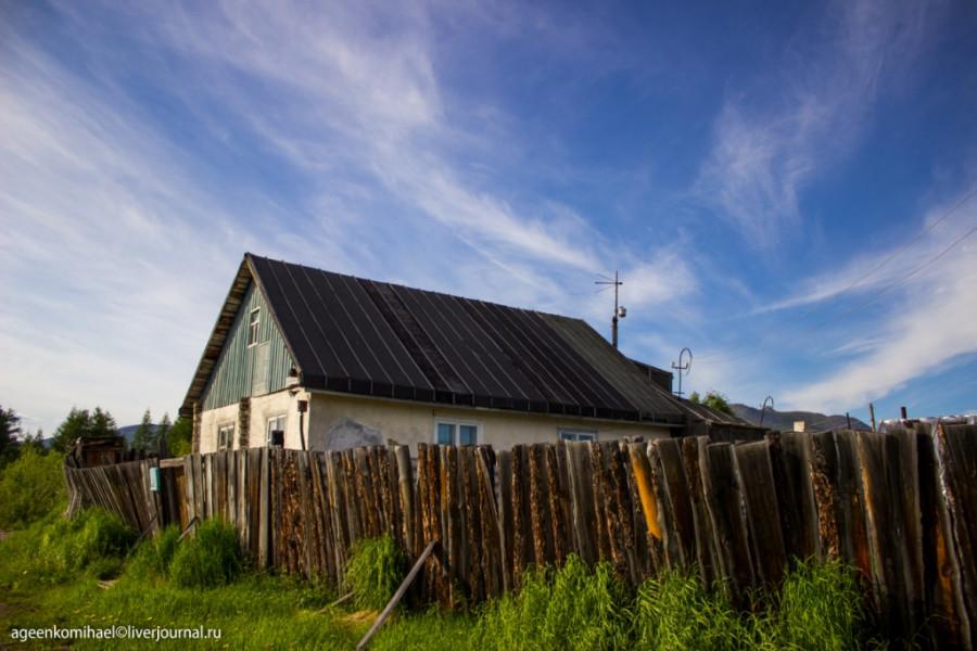 домик и забор подпертый палками