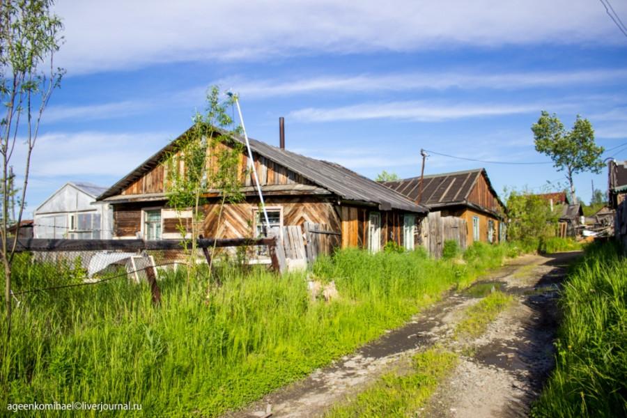 деревня в низине (3 фото)