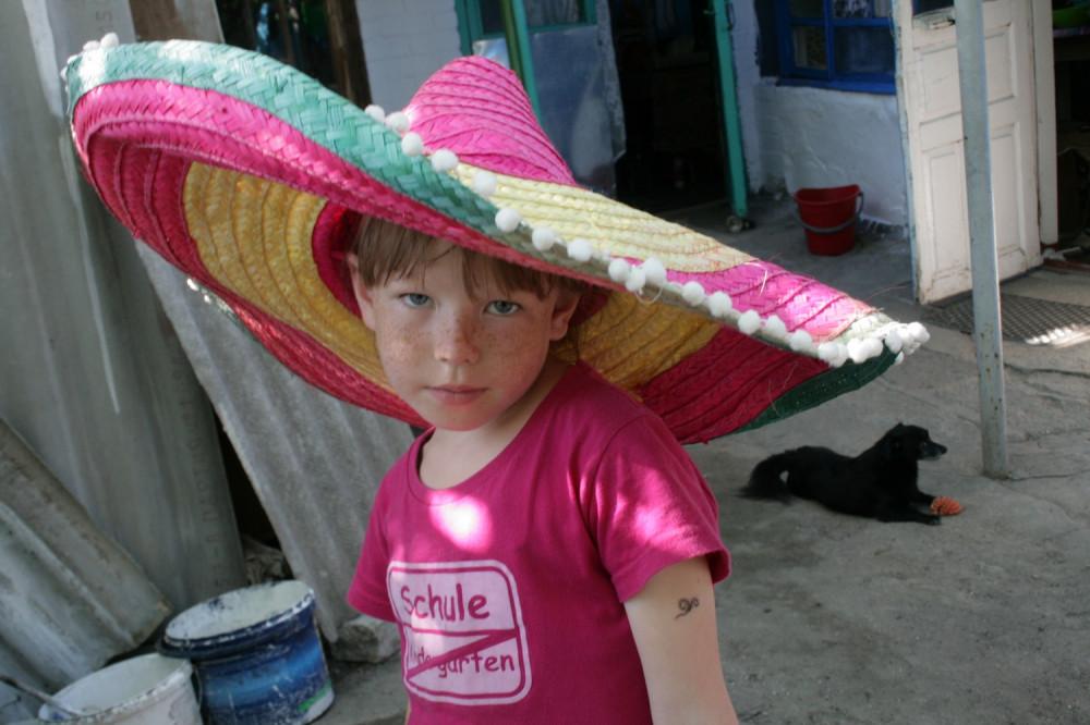 Девушка сидит на унитазе с шляпой сомбреро фото фото 493-371