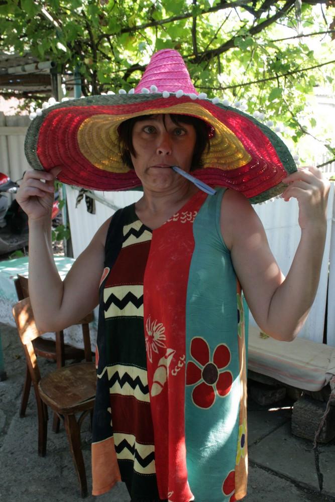 Девушка сидит на унитазе с шляпой сомбреро фото фото 493-54