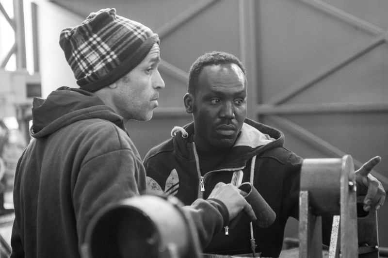 Визит в Цеэлим. Фарид (бывший коллега) объясняет Нассеру (нынешнему коллеге), как строить комбайны.