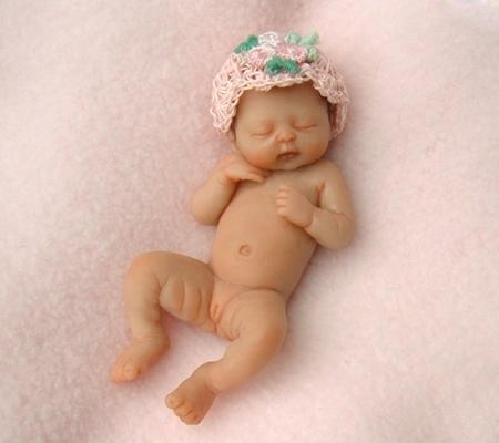 Младенец из марципана работа Камиллы Ален
