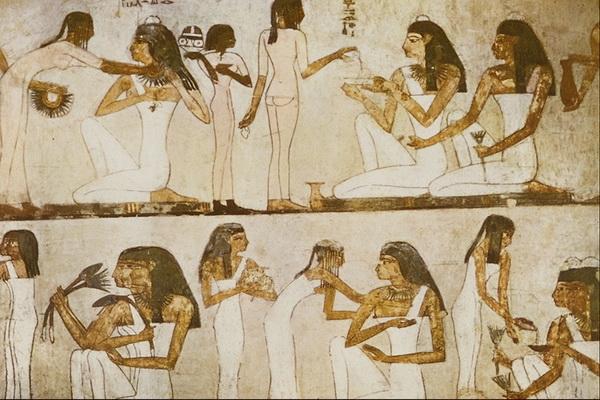 1Служанки ухаживают за знатными египтянкам