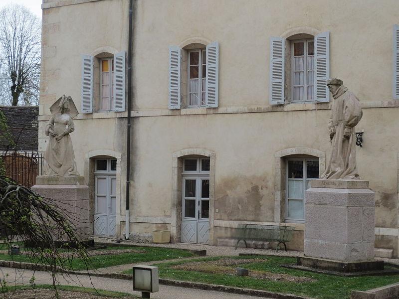 Скульптуры возле Отеля
