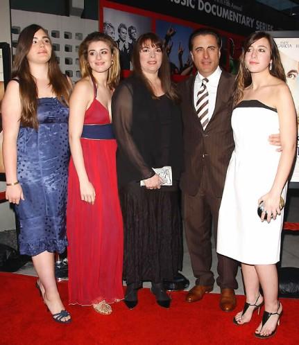 32 Энди Гарсия с жечной и дочерми
