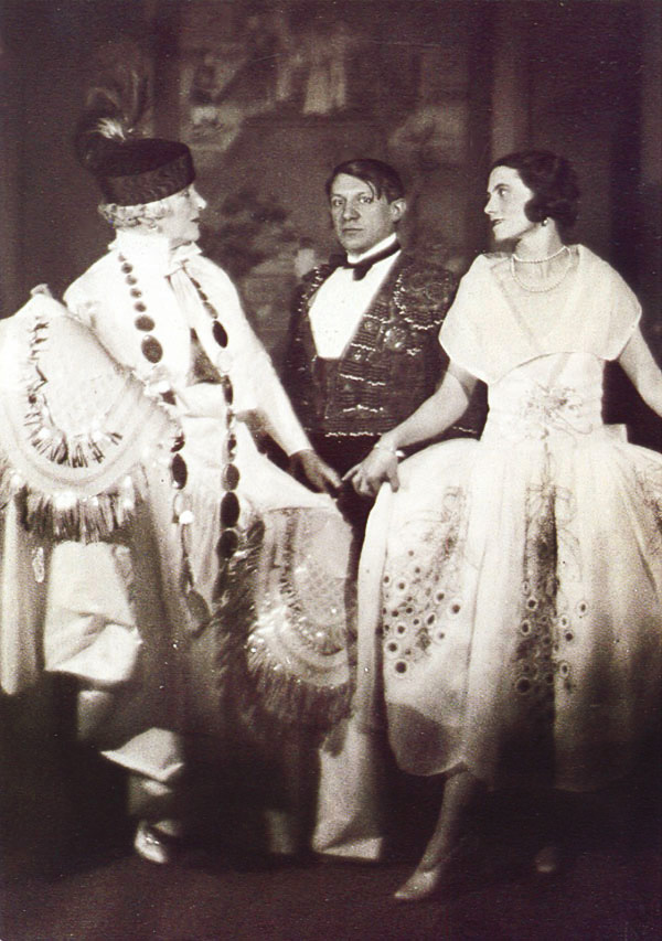 19 Picasso-et-Olga-au-bal-du-comte-de-Beaumont_Paris-1924_Photo-Man-Ray