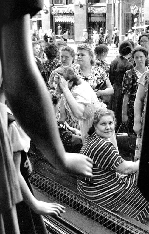 1954 Москва, Сценка у витрины магазина