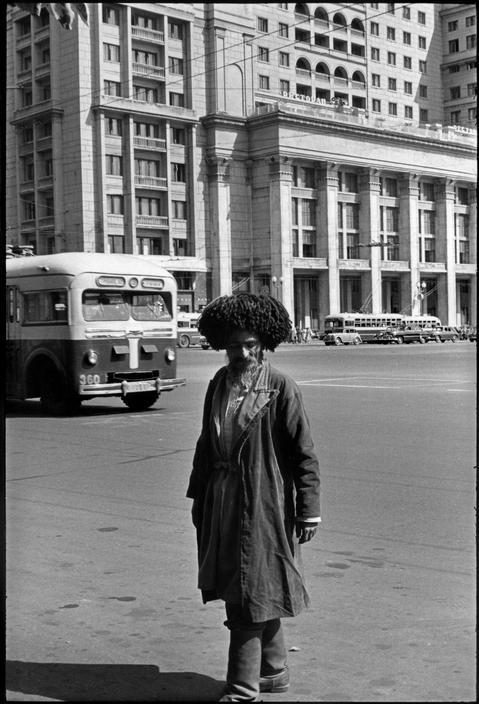 1954 Москва. Кавказец перед отелем Метррополь
